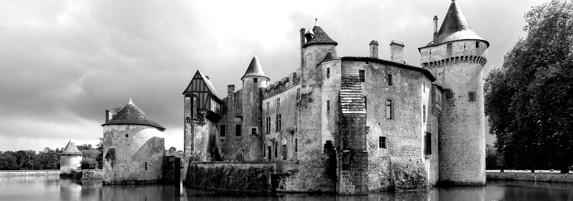 Chateau_de_La_Brede-blackwhite